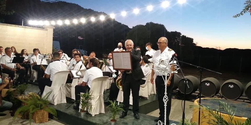 Chano Aragón con las partituras del pasodoble de 1924